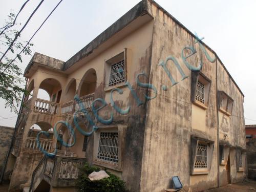 Villa en duplex de 05 chambres ayant dépendance à vendre à Biyem Assi, Yaoundé