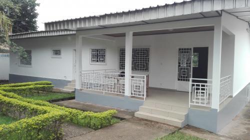 image du bien  : Villa de 08 pièces à louer à omnsiport, Yaoundé